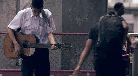Kenapa Budak Lelaki Ini Bermain Gitar Di Jalanan Akan Meruntun Emosi Anda