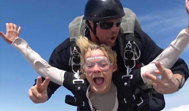 3-nenek-skydive