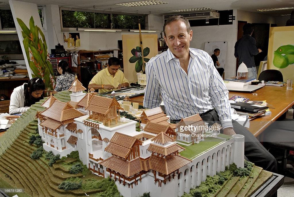 BANGKOK, THAILAND - 2007/05/17: Bill Bensley, arkitek landskap dan perancang resort berada di sebelah model istana Terengganu, Malaysia. (Gambar oleh: Peter Charlesworth/LightRocket - Getty Images)