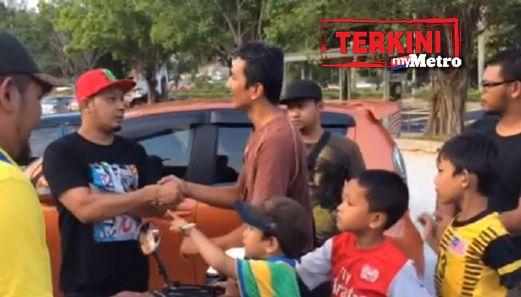 Ahmad Reza bersalaman dengan pemberi kereta (topi merah)