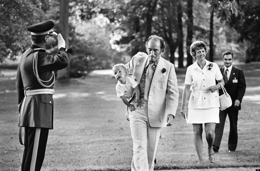 Huffington Post Kanada: Puerre Trudeau ditabik hormat oleh Pegawai RCMP semasa mendukung Justin Trudeau pada 1973. The Canadian Press/ Peter Bregg Peter Bregg/CP