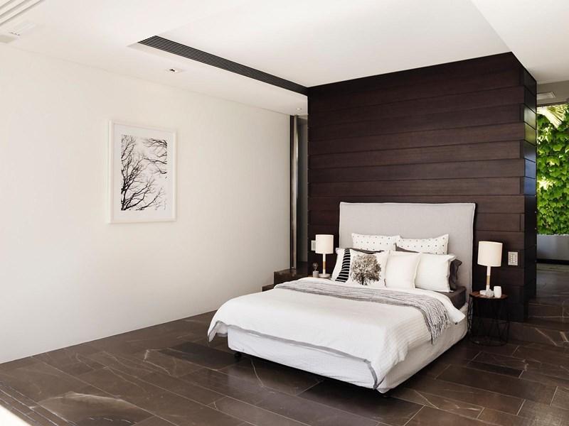 Ruang tidur di bilik utama.