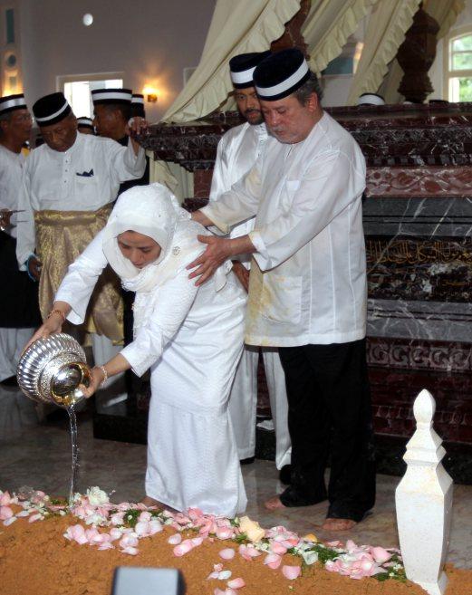 DYMM Raja Zarith Sofiah Sultan Idris Shah diiringi Sultan Johor, Sultan Ibrahim Iskandar menyiram air mawar di kubur Almarhum Tunku Laksamana Johor, Tunku Abdul Jalil di Makam Diraja Mahmoodiah, Johor Bahru. NSTP/Zulkarnain Ahmad Tajuddin