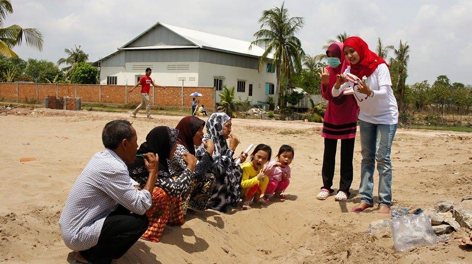 Mengajar Masyarakat Setempat Di Kemboja Tentang Menggosok Gigi.