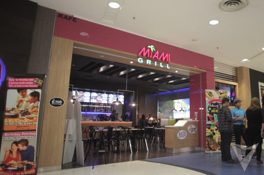 Pintu masuk Miami Grill yang inviting