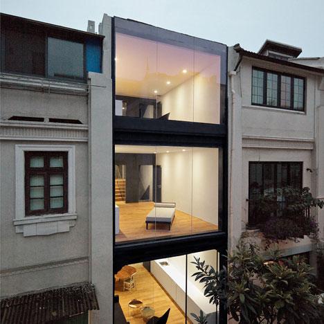Asalnya ia digunakan oleh satu keluarga sahaja tetapi telah diubah suai menjadi tiga apartment yang berbeza. Ia kelihatan menarik kerana bahagian depan ... & 11 Idea Ubah Suai Muka Depan Rumah Teres Anda