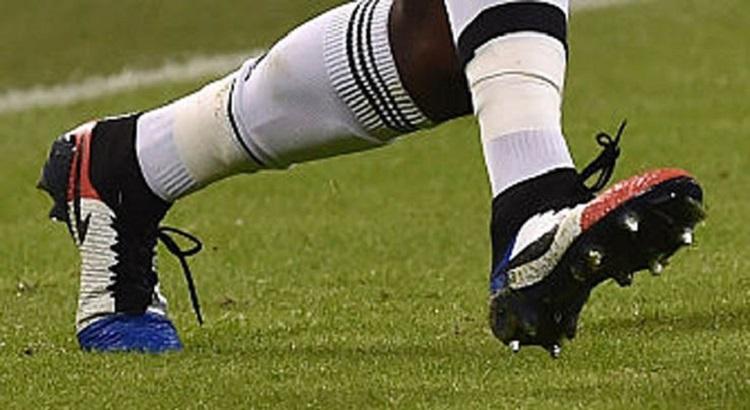 Pogba memakai nike magista tricolor 'france'