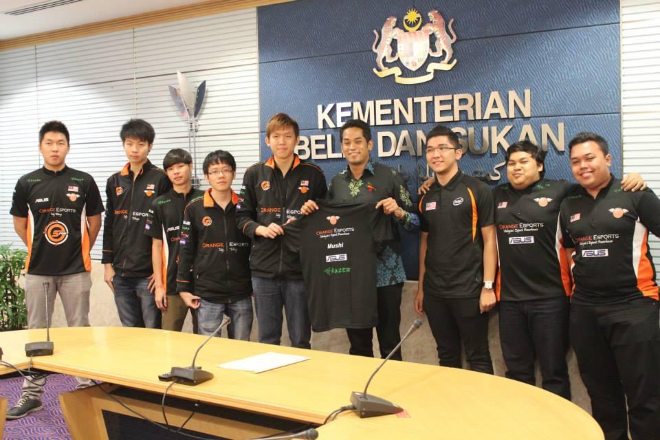 Khairy Jamaluddin Bersama Team Orange tahun 2013 di mana mereka mendapat tempat ke-3 di dota 2 championship