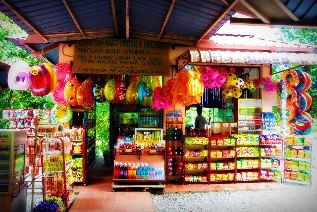 Kedai untuk pengunjung membeli barang juga disediakan.