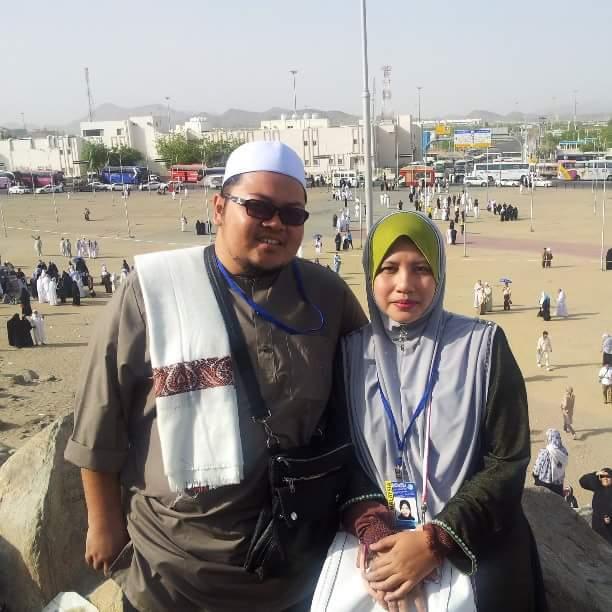 Penulis, Ikram Al-Banjari bersama isteri ketika menjadi tetamu Allah di Jabal Rahmah.