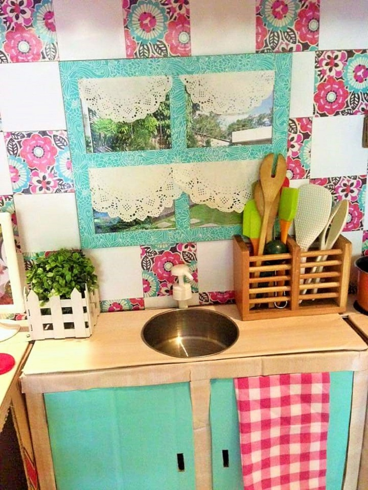 DIY-Play-Kitchen-Made-of-boxes-09