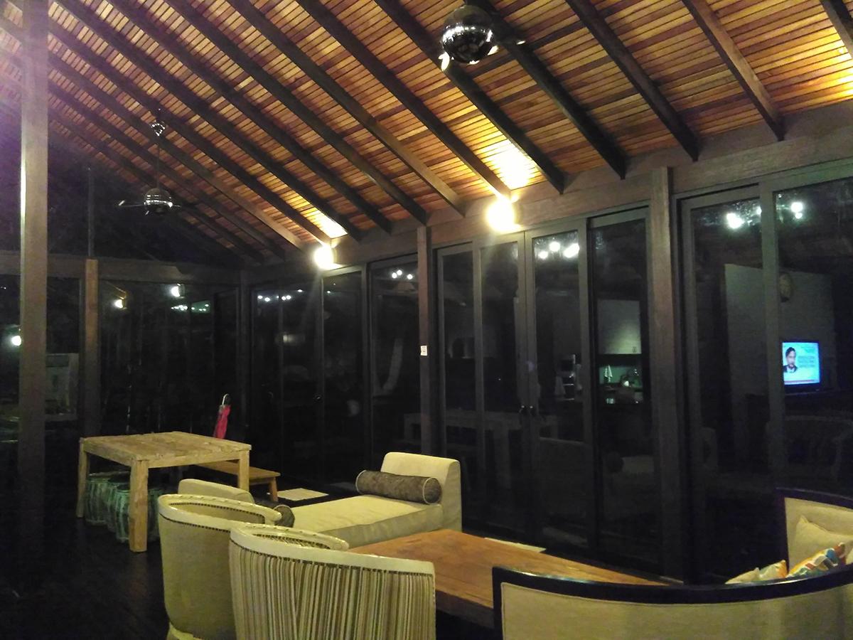 Ruang tamu kedua dan ruang makan di villa berkonsep terbuka ini.