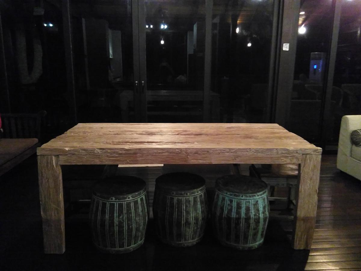 Meja makan dengan kerusi tong dram sungguh unik. Bench digunakan di sisi lagi satu.