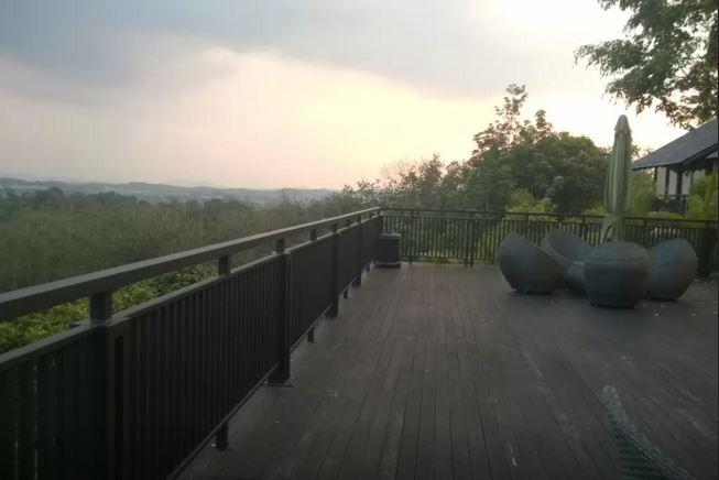 Deck besar ini memang plus point untuk mengunjungi Adelia Hill