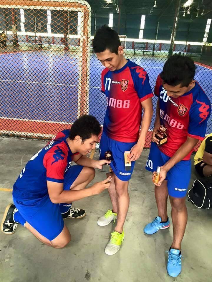 Pemain-pemain futsal menggunakan Pro Kas untuk melegakan sakit otot