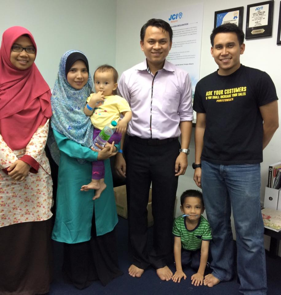 Penulis, Cik Nafisah (tudung pink) bersama-sama Tuan Fadhli dan Tuan Aqif Azizan.