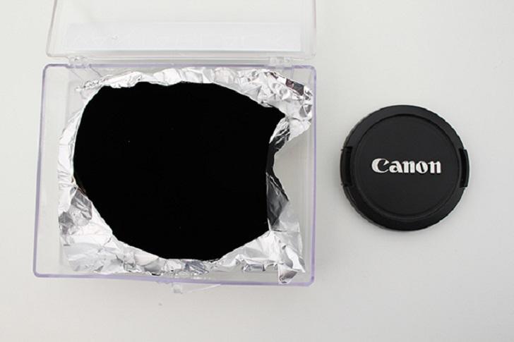 Perbandingan warna Vantablack dengan warna hitam biasa