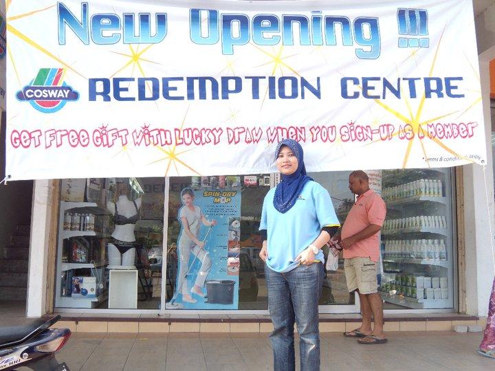 Puan Aishah Ramond ketika mengusahakan perniagaan Cosway.