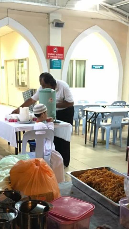 Makan percuma di Masjid Taman Melawati.