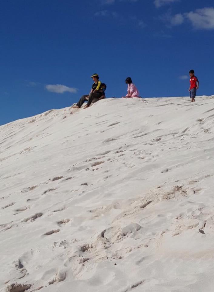 Percubaan turun slide bukit pasir with anakanda syurga