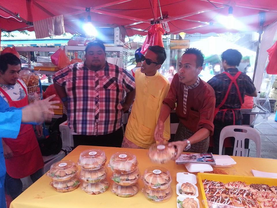 Bersama kumpulan Bocey di bazaar Ramadhan.