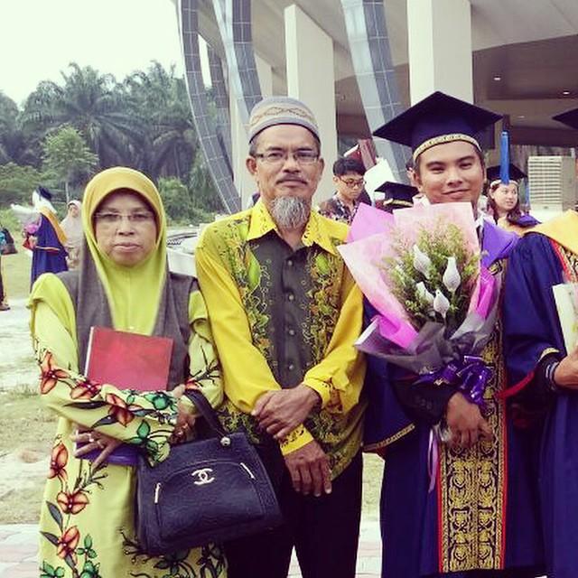 Penulis, Syafiq Ridhwan bersama-sama ibu bapa ketika hari graduasi.