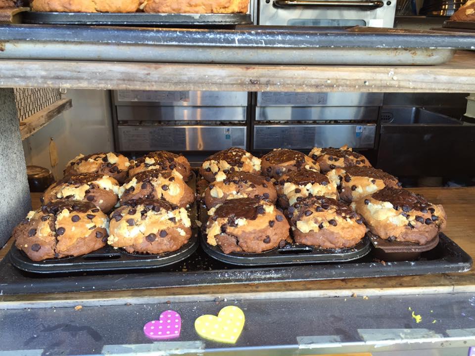 Muffin dan donut segar.