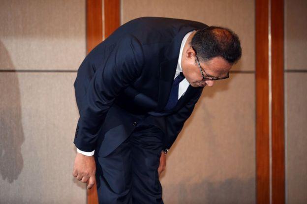 Safdar tunduk meminta maaf ketika sidang akhbar.