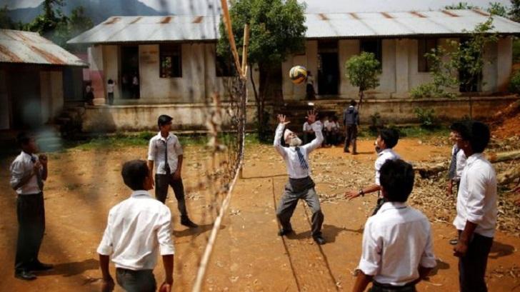 Durga turut sama bermain bola tampar