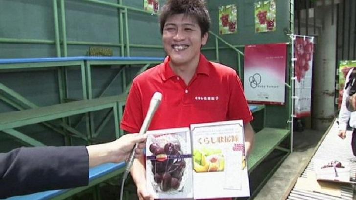 Konishi bersama buah Ruby Roman yang dibelinya