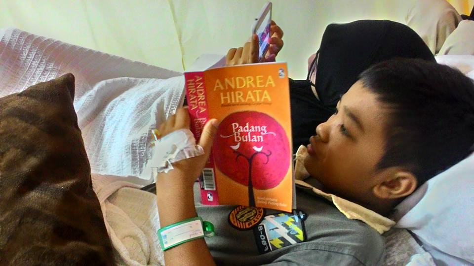 Irsyad membaca buku ketika di hospital.
