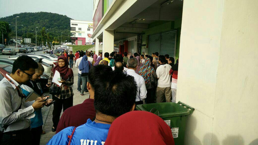 Keadaan di sekitar KWSP Wangsa Maju hari ini. -Gambar ihsan Abdul Jabbar and friend.