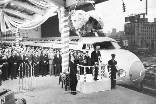 Sembilan hari sebelum Olimpik Tokyo 1964, Jepun melancarkan Shinkansen pertama mereka yang merupakan sebahagian dari projek pengangkutan awam yang dibangunkan bersempena Olimpik