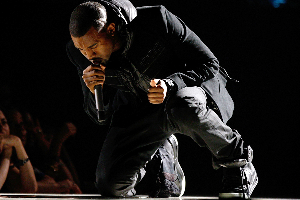 Kasut 'Nike Yeezy 1 Sample' yang dipakai Kanye West ketika persembahan beliau di Grammy Awards 2008