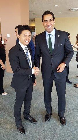 Bersalaman bersama Ahmed Alhendawi.