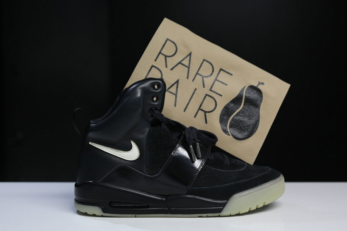 nike-air-yeezy-kanye-west-black-glow-promo-sample-1-1200×800