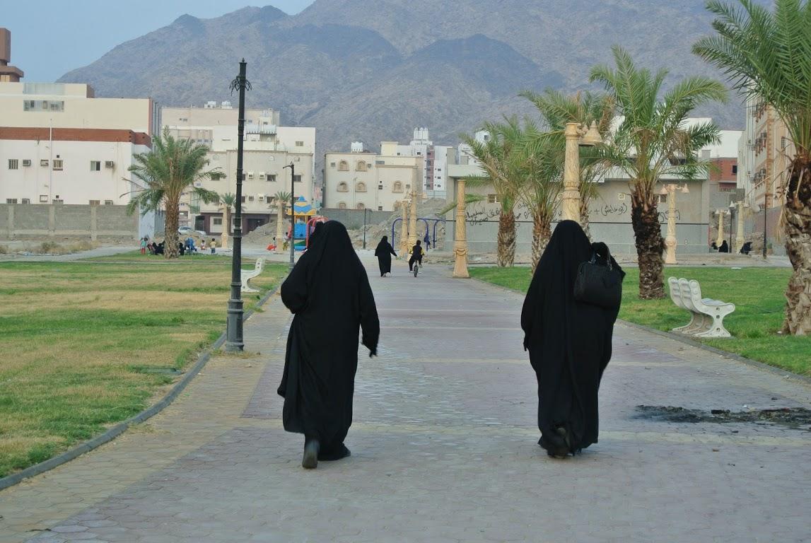 Wanita Saudi sedang jogging di taman berdekatan rumah.