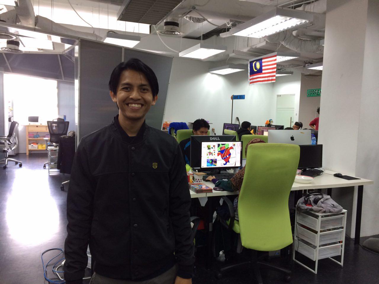 Bersama-sama Safwan berjalan sekitar pejabat baru Animonster Studios. Markas kotak di belakang.