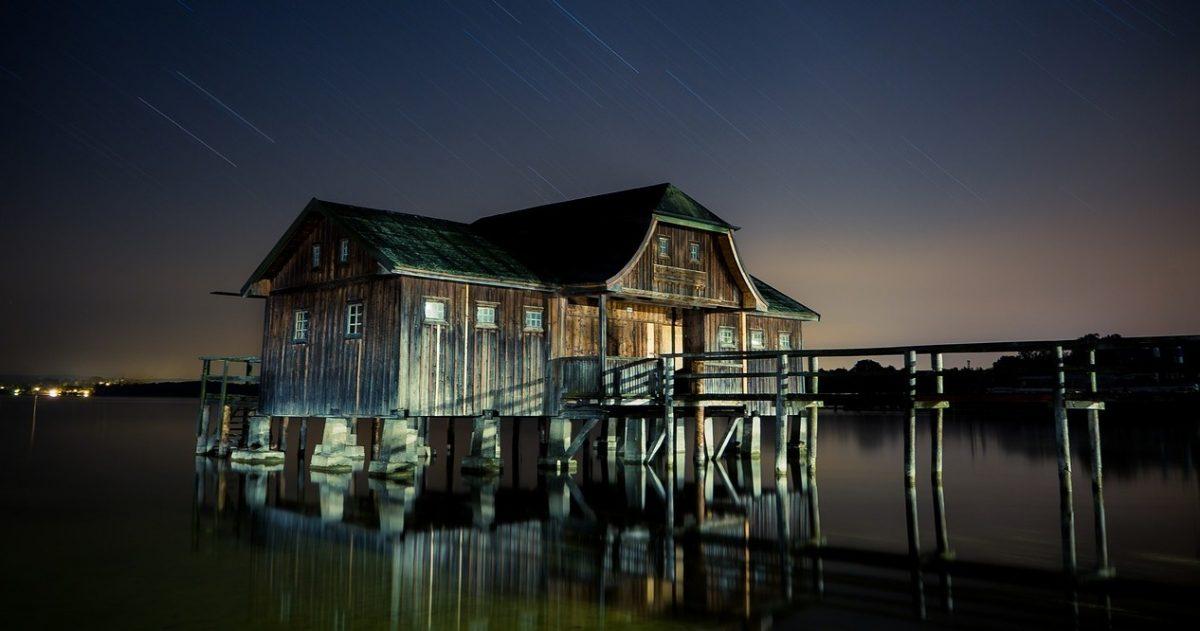 rumah kayu atas air