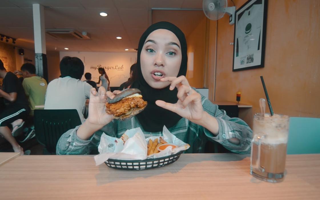Burger Nasi Lemak Ayam Rendang
