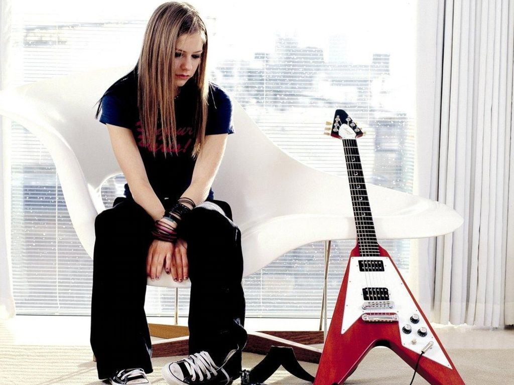 avril-lavigne-gibson-flying-v-guitar