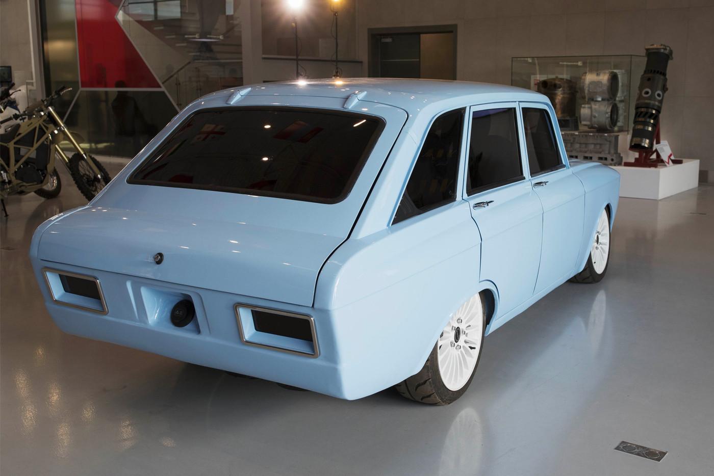 https_hypebeast.comimage201808kalashnikov-electric-supercar-cv-1-prototype-izh-2125-kombi-004