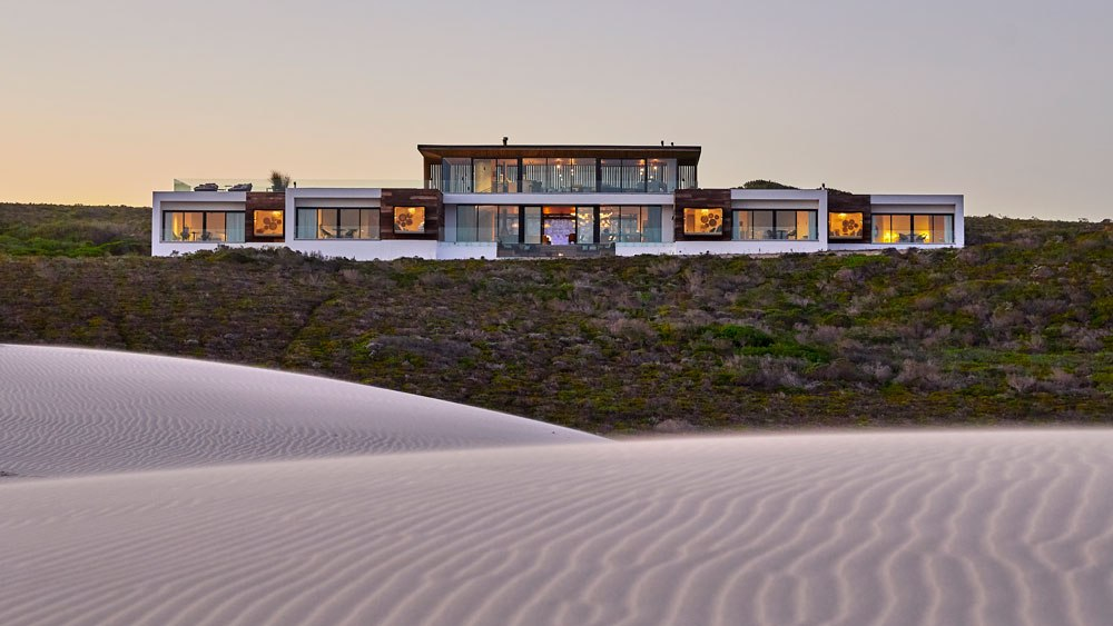 morukuru-beach-lodge-exterior-view-with-dunes