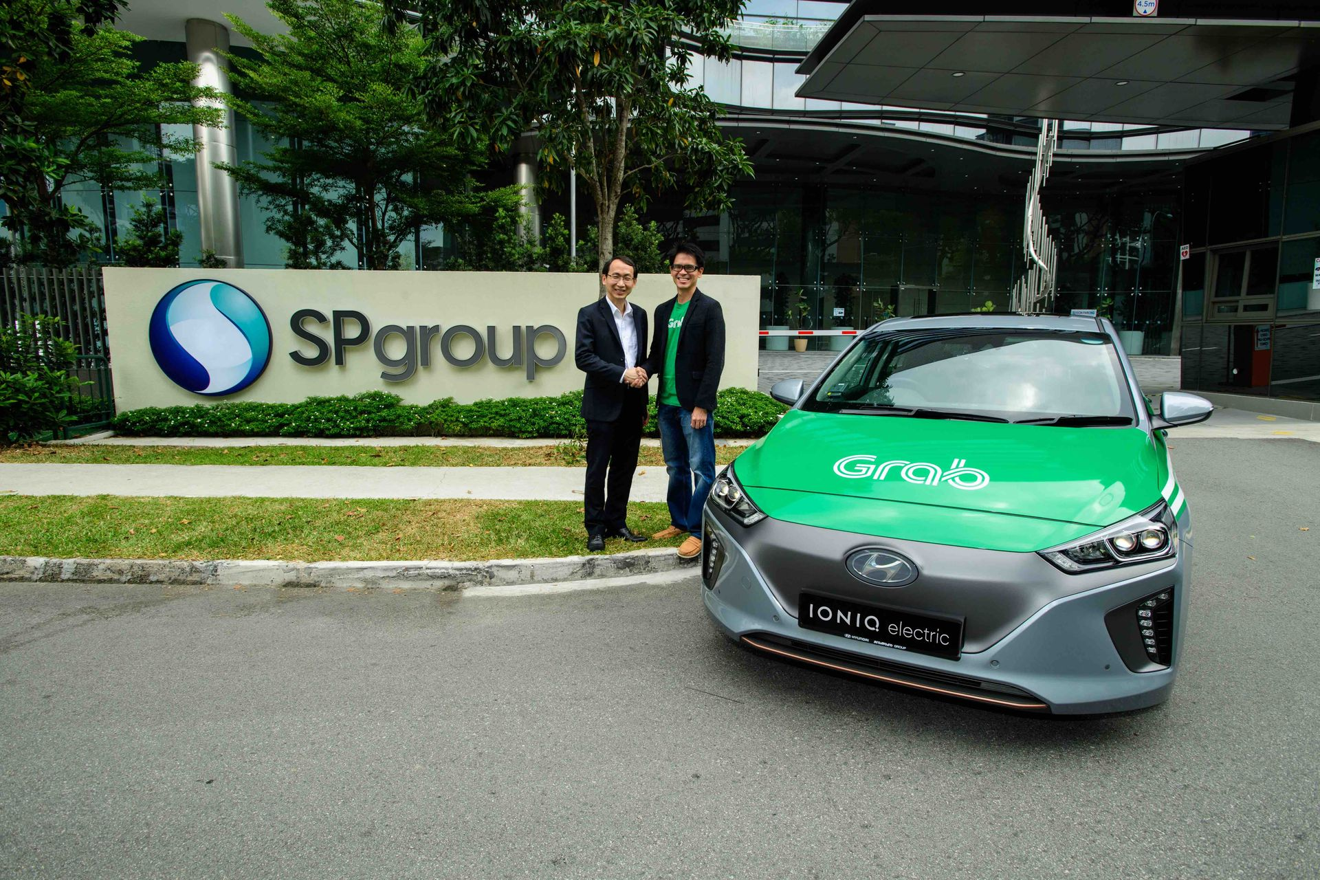 Photo-1_-Mr-Goh-Chee-Kiong-of-SP-Group-Mr-Lim-Kell-Jay-of-Grab-posing-with-a-100-electric-Hyundai-Ioniq-car