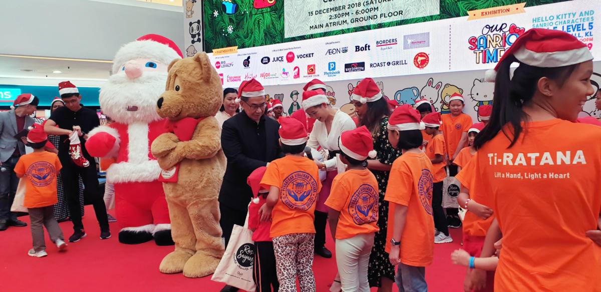 Photo 3 – Goodies presentation to underprivileged children by Dato' Ar. Michael Ong, Group Executive Director of Quill Group of Companies