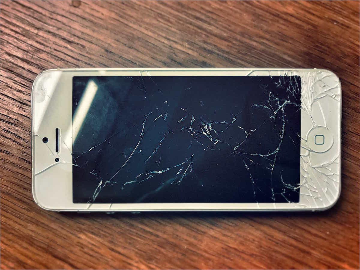 cracked-iphone.c6ad0161d6d845718d88321f9381ebc9