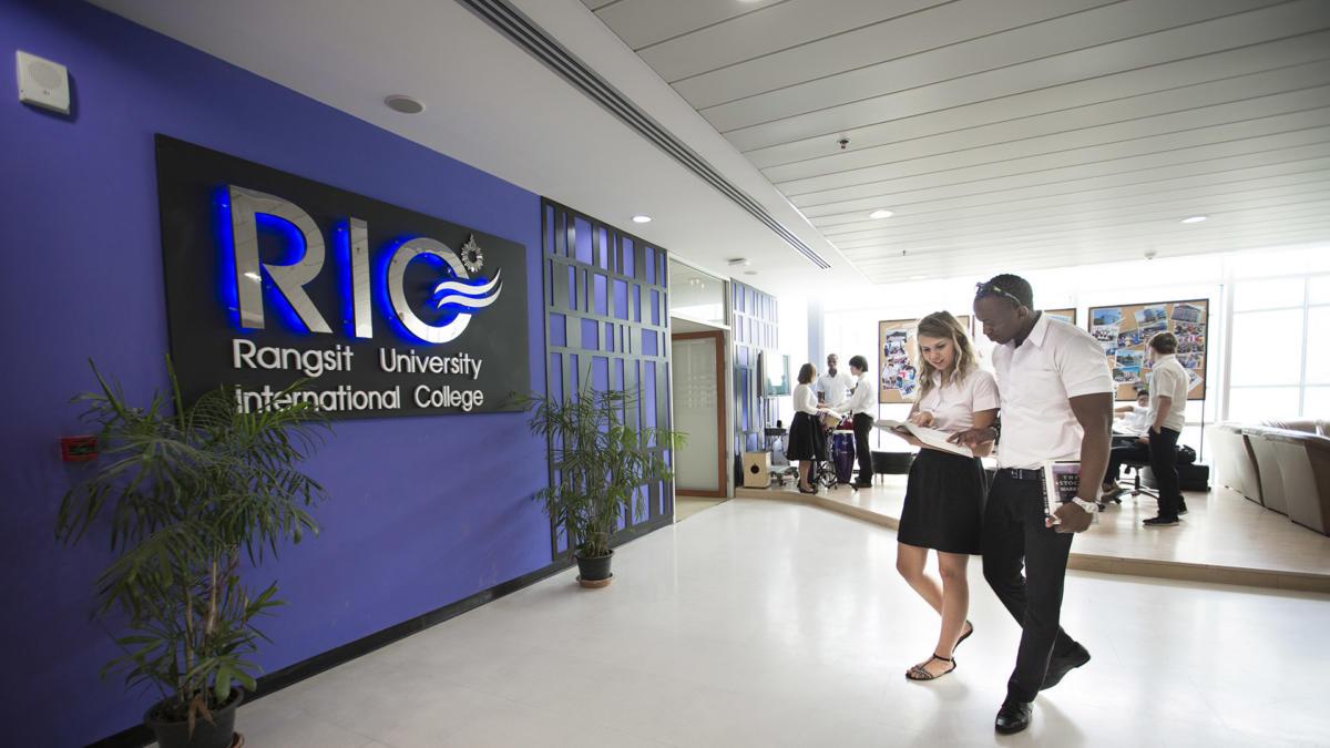 students-walking-rangsit-university