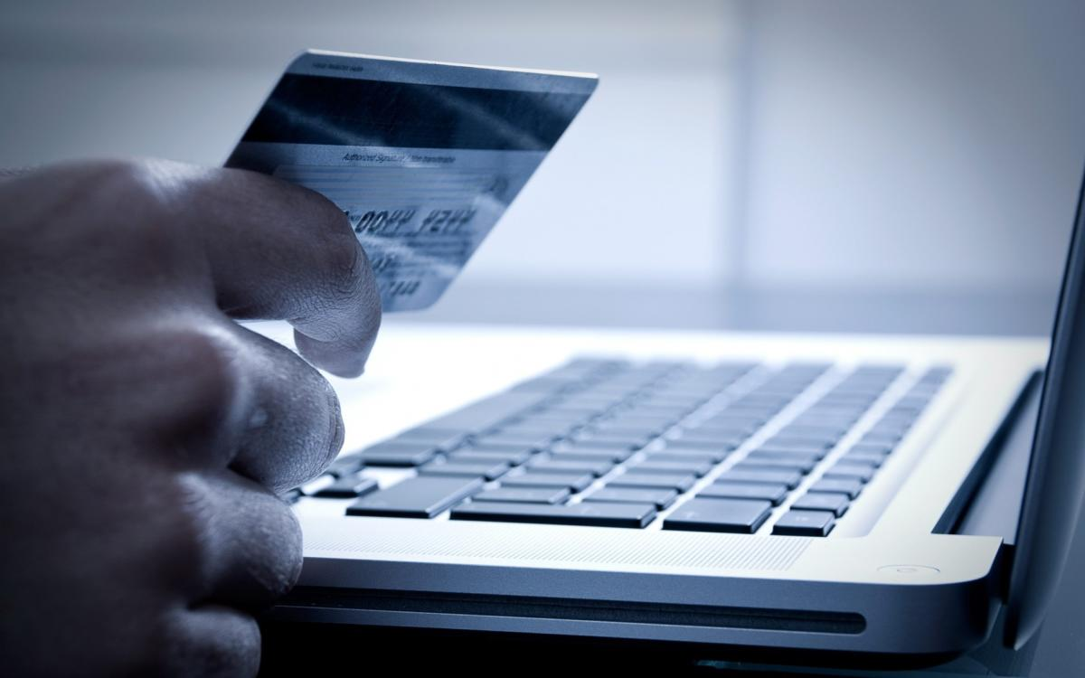 debit_card_money_laptop_online_shopping_purchase_hand-1920×1200