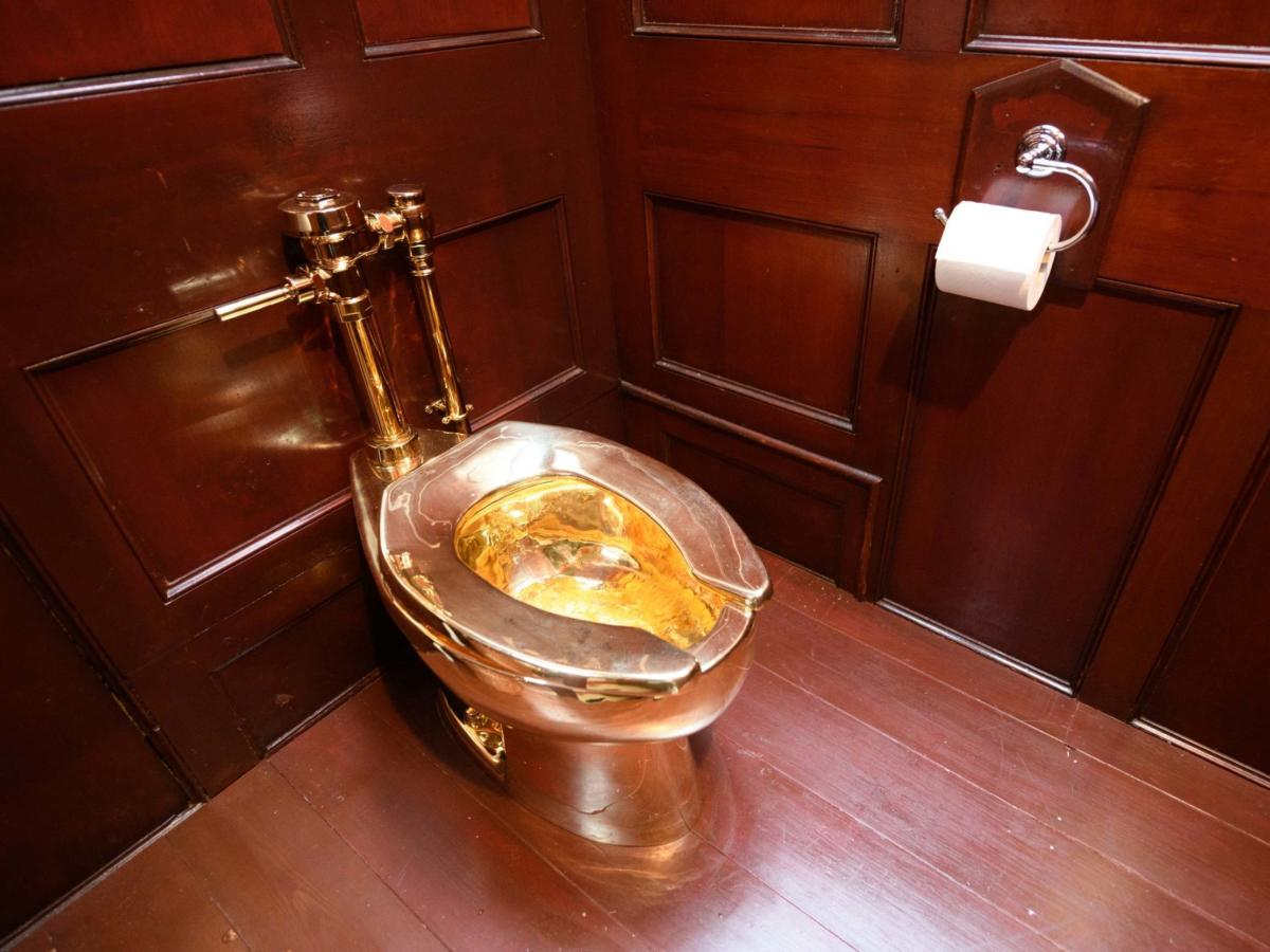 gold-toilet-blenheim-palace