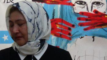哈萨克籍维吾尔族人古力巴哈女士(Gulbahar-Jalilova)在台湾控诉中国新疆集中营邪恶内幕。(记者夏小华摄)